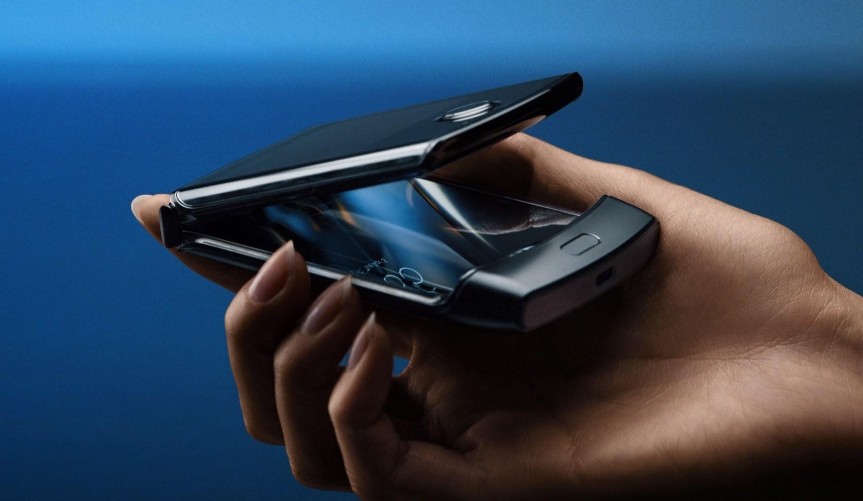 準备重返王座? Motorola特大萤幕「可摺叠手机」下个月开卖